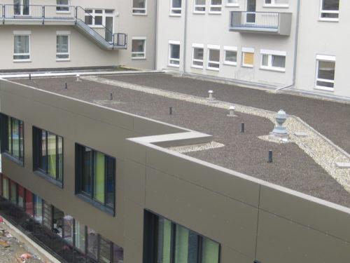 Edelstahlflachdach mit Kiesauflast auf Gewerbeimmobilie