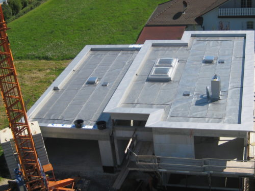 Edelstahlflachdach auf Privathaus vor Aufbrinung der Auflast
